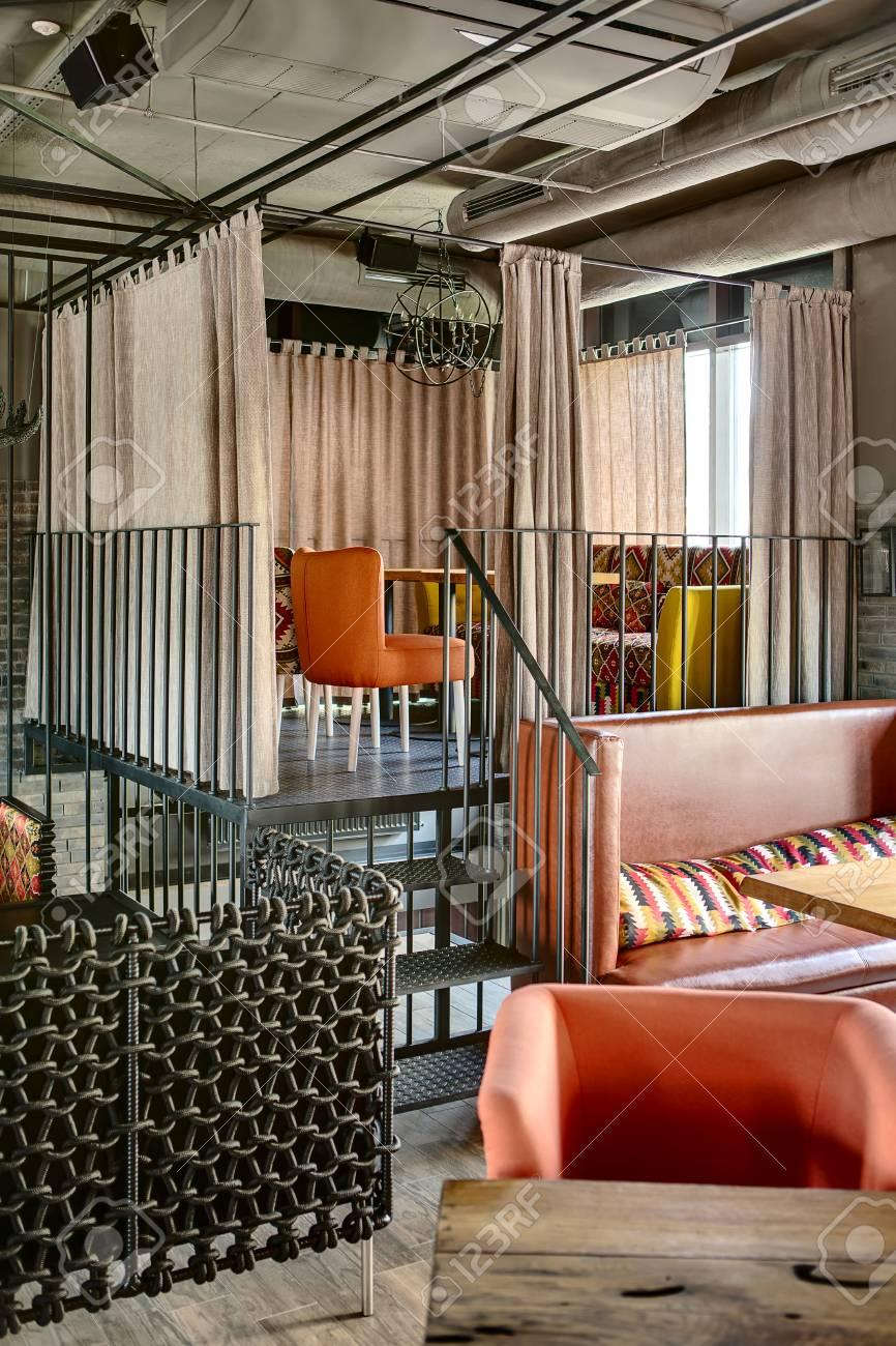Zona Encantadora En Una Elevación Del Metal Con Las Escaleras En El ...