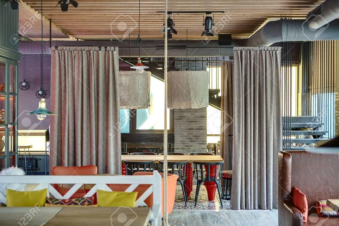 Divano Arancione E Marrone : Ristorante messicano in stile loft sulla sinistra c è un tavolo
