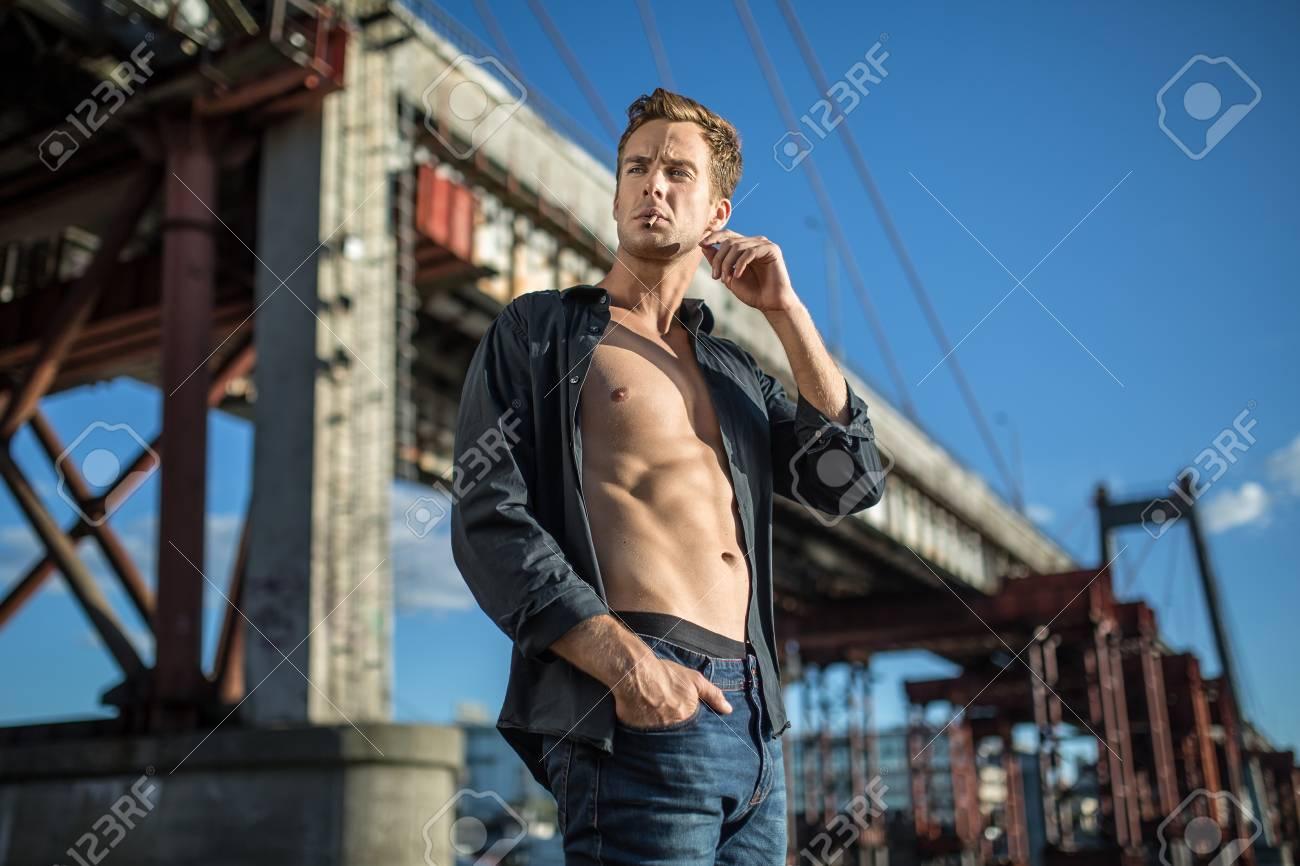 Et Homme Déboutonnée Un Vêtu Sombre Jean Jeune D'un Chemise D'une 160H6q