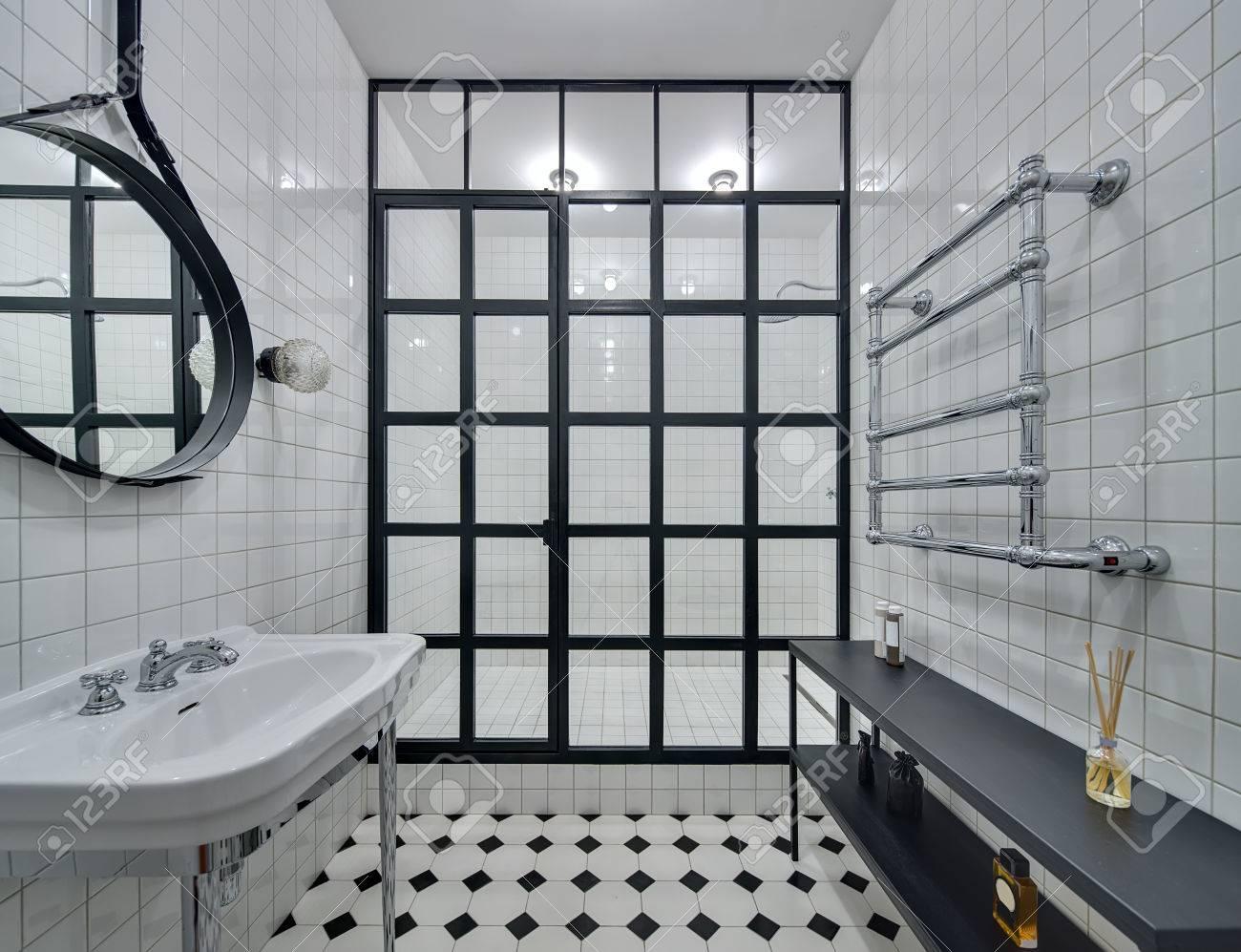 Cuarto De Baño Con Paredes De Azulejos Blancos. Hay Lavabo Blanco ...