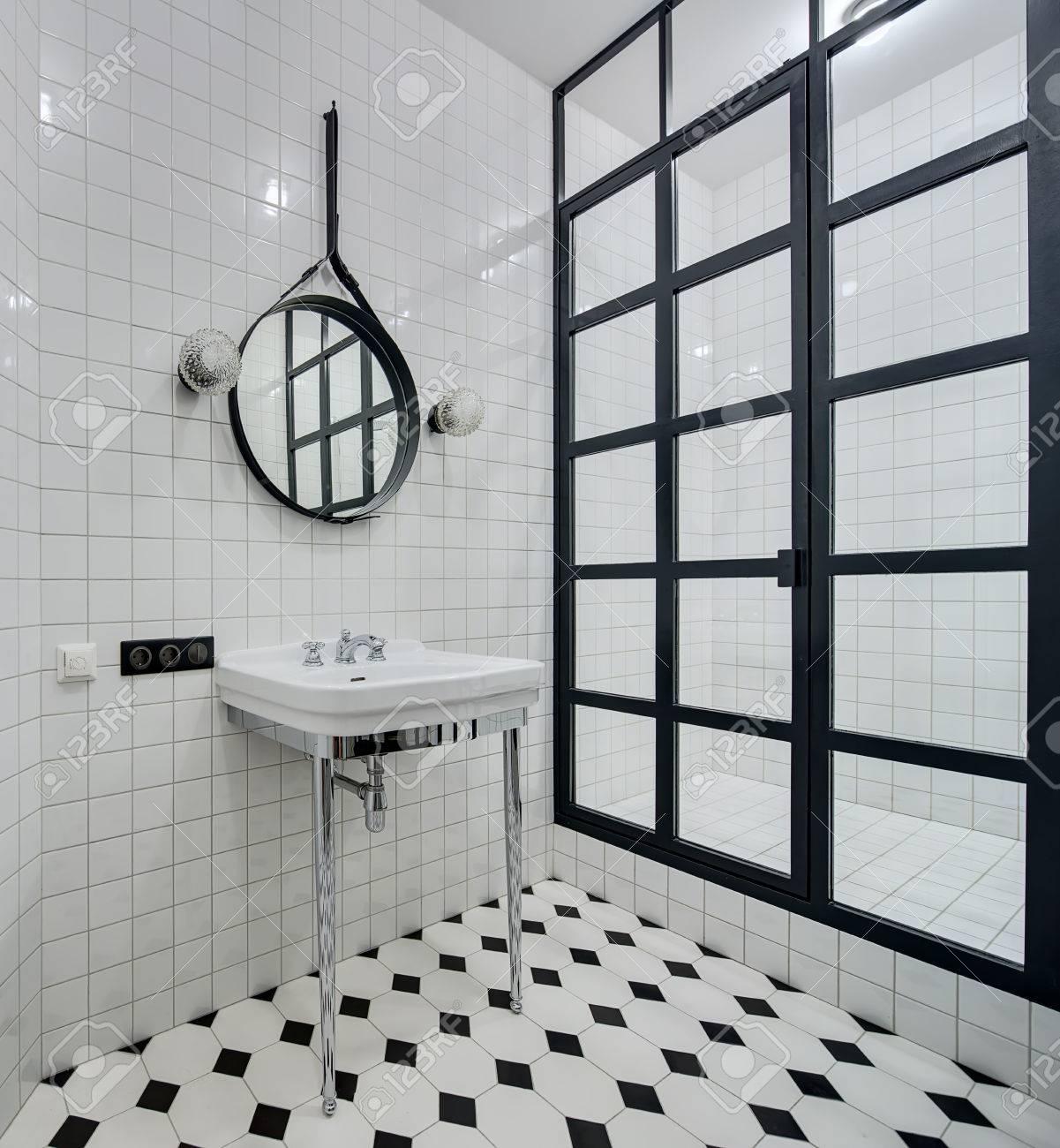 https://previews.123rf.com/images/bezikus/bezikus1608/bezikus160800031/61059956-bagno-di-design-con-pareti-di-piastrelle-bianche-c-%C3%A8-lavabo-bianco-con-gambe-cromate-e-rubinetto-sp.jpg
