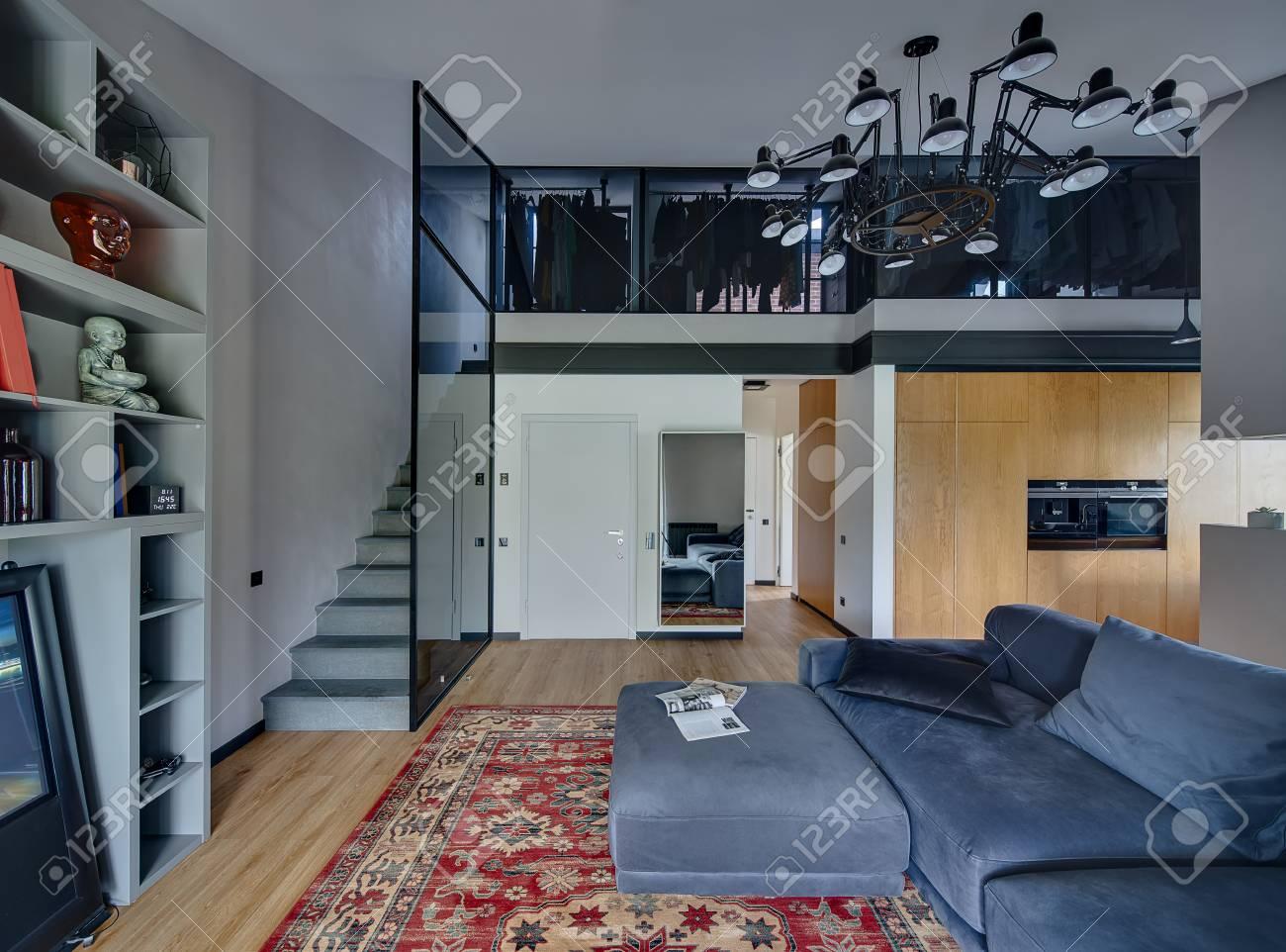Moderner Innenraum Mit Hellen Wänden Und Parkett Mit Rotem Teppich