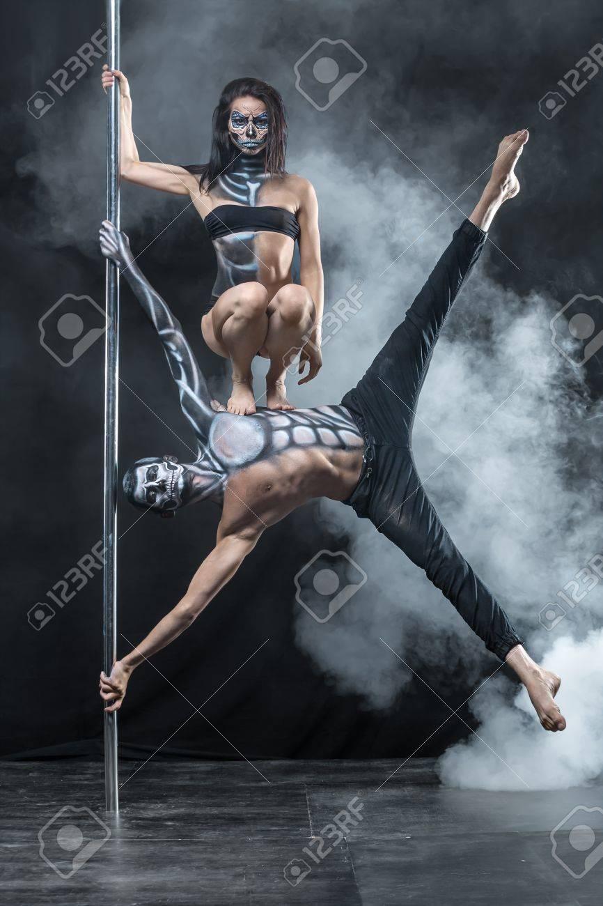 cool couple de danseurs de pôle avec un corps art horrible dans le