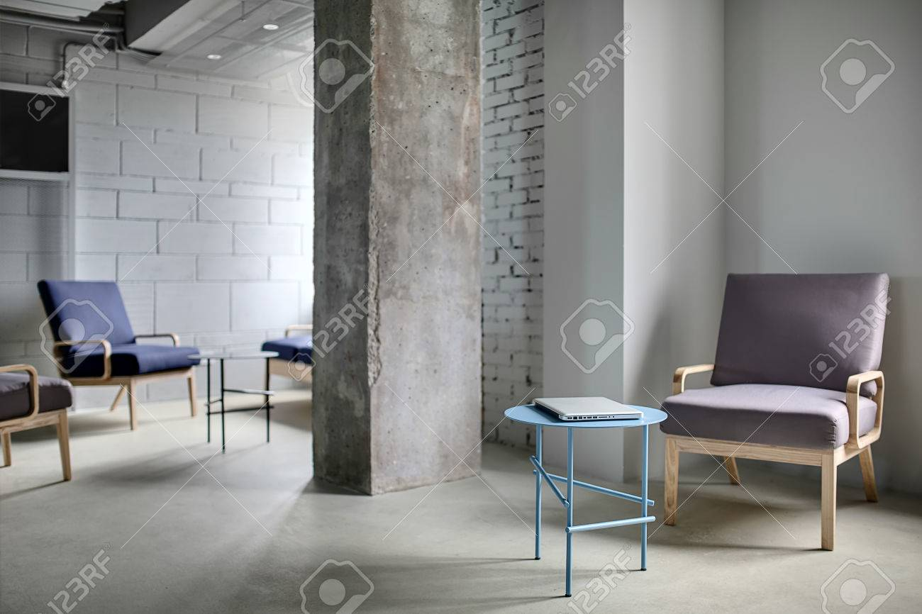 Zone de travail dans le bureau dans un style loft avec un béton de