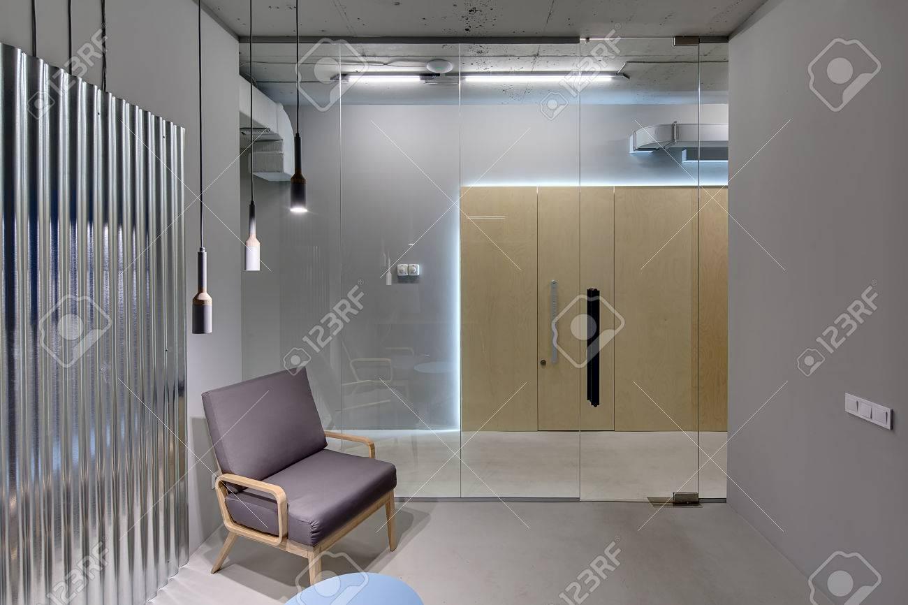 Business-Interieur In Einem Loft-Stil Mit Grauen Wänden. Es Gibt ...