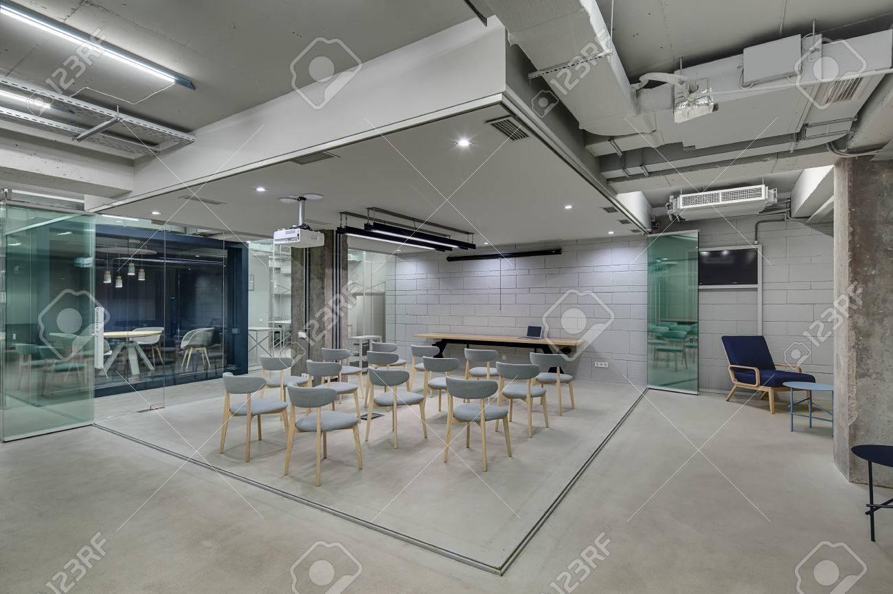 Zone de présentation dans le bureau dans un style loft avec des murs