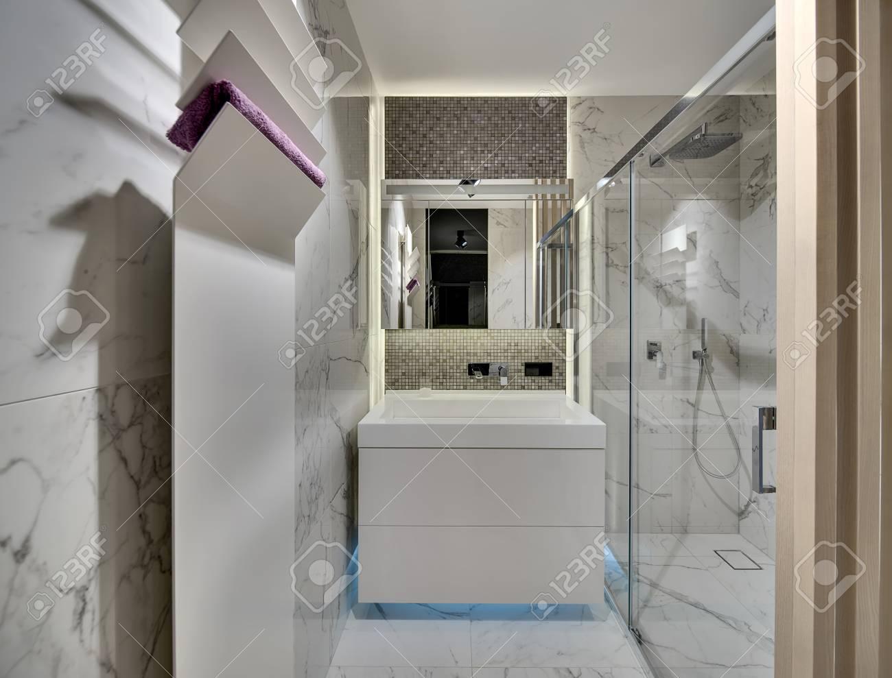 Immagini stock bagno in stile moderno con piastrelle chiare