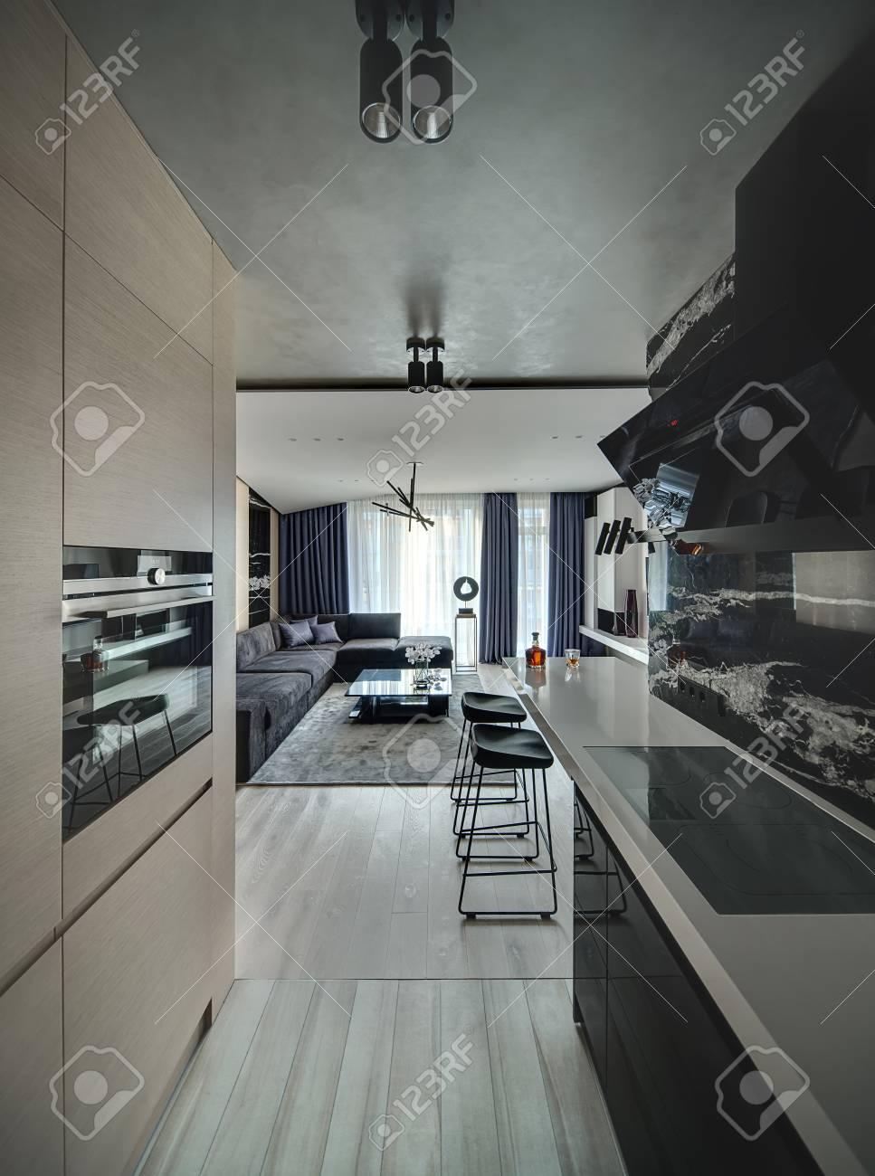 Interni In Stile Moderno Con Zona Cucina E Salotto. C\'è Un Muro Di ...