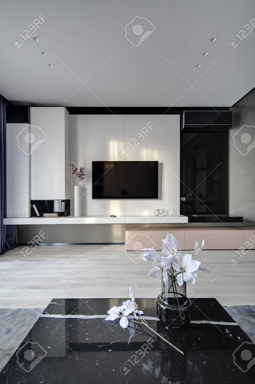 Sala In Stile Moderno. C\'è Una TV Sulla Parete Bianca, Nicchia Nero ...