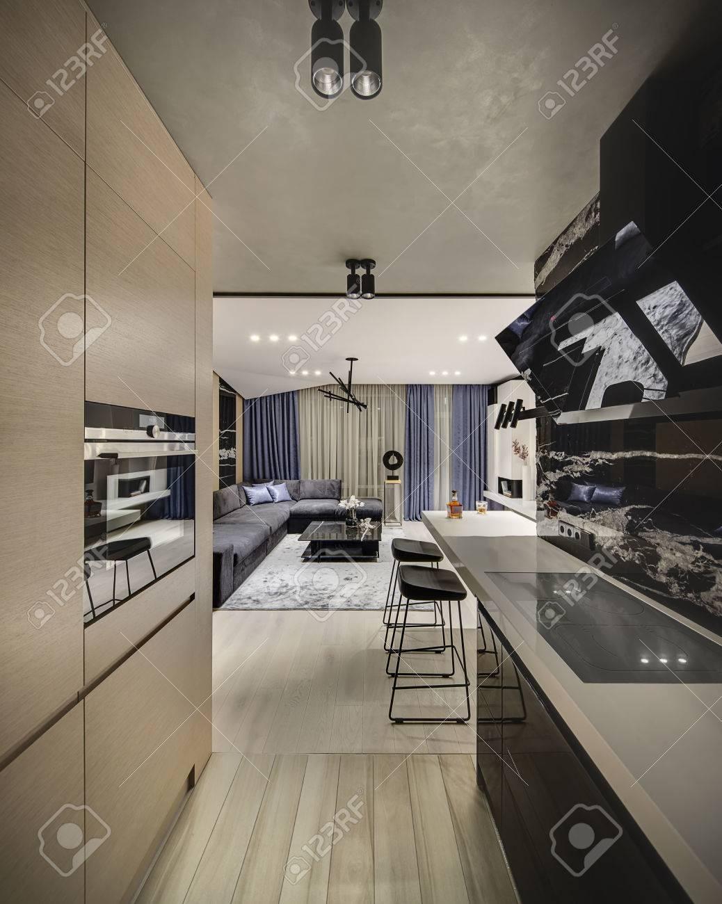 Interni In Stile Moderno Con Una Zona Cucina E Un Salotto. C\'è Un ...