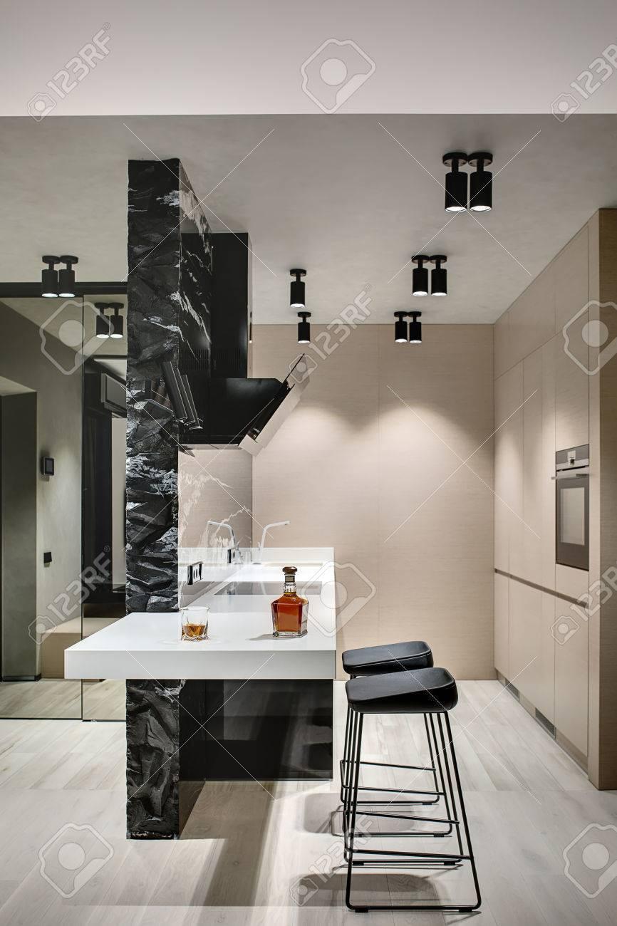 Le De Cuisine Dans Un Style Moderne Avec Un Mur En Marbre Noir Avec ...