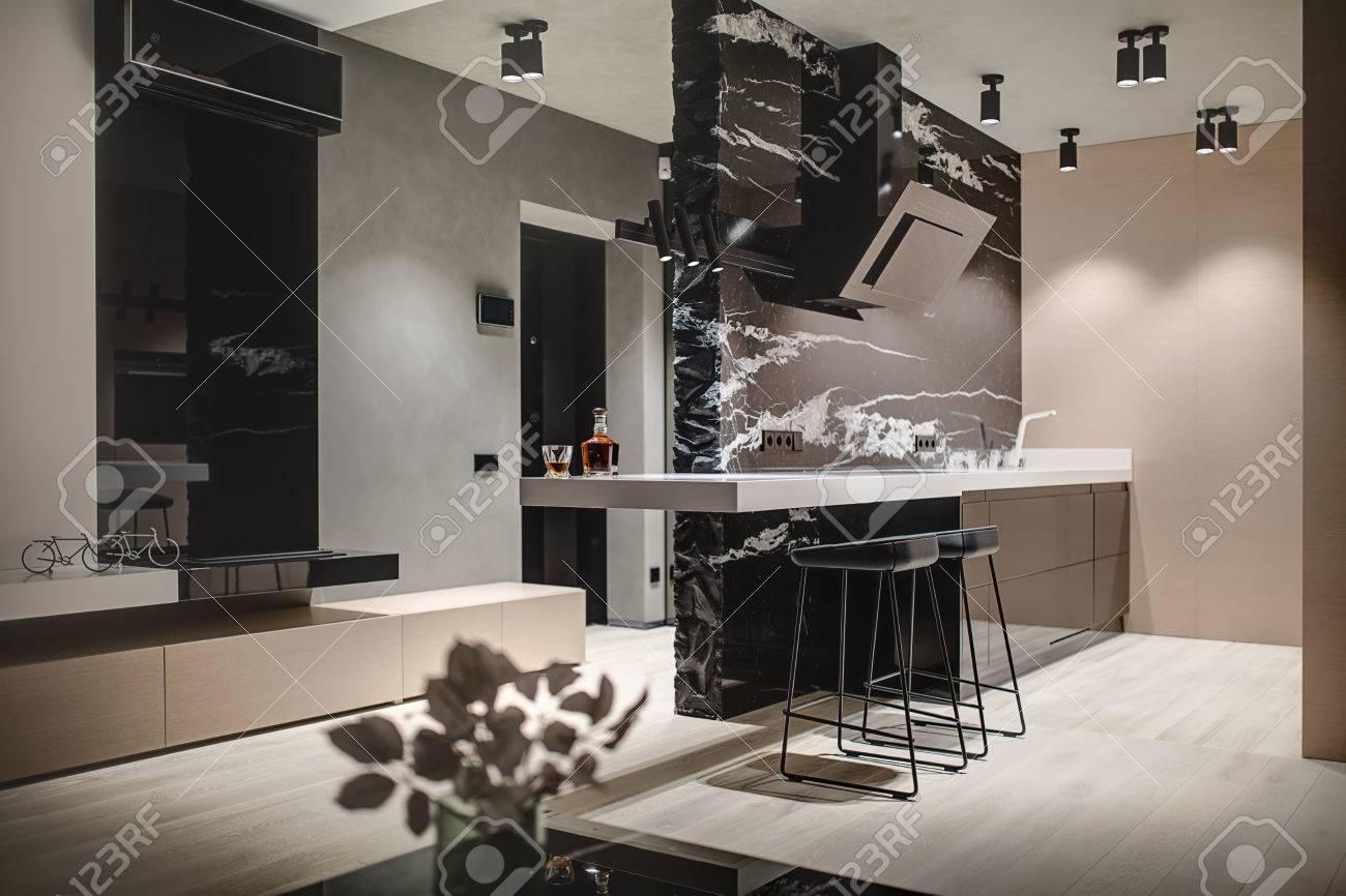 Moderne Küche Mit Einer Schwarzen Marmorwand Mit Einer Küchenhaube ...