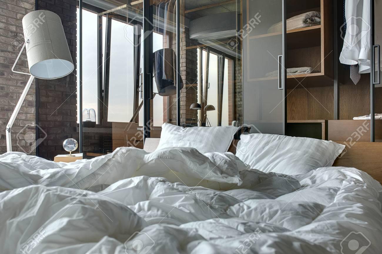 Immagini stock camera in stile loft con muro di mattoni c è un
