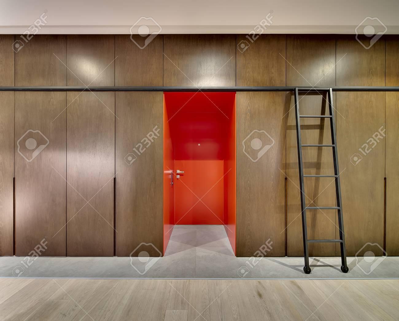 Helle Rote Eingangstür Mit Holzschränke Und Schließfächer An Den ...
