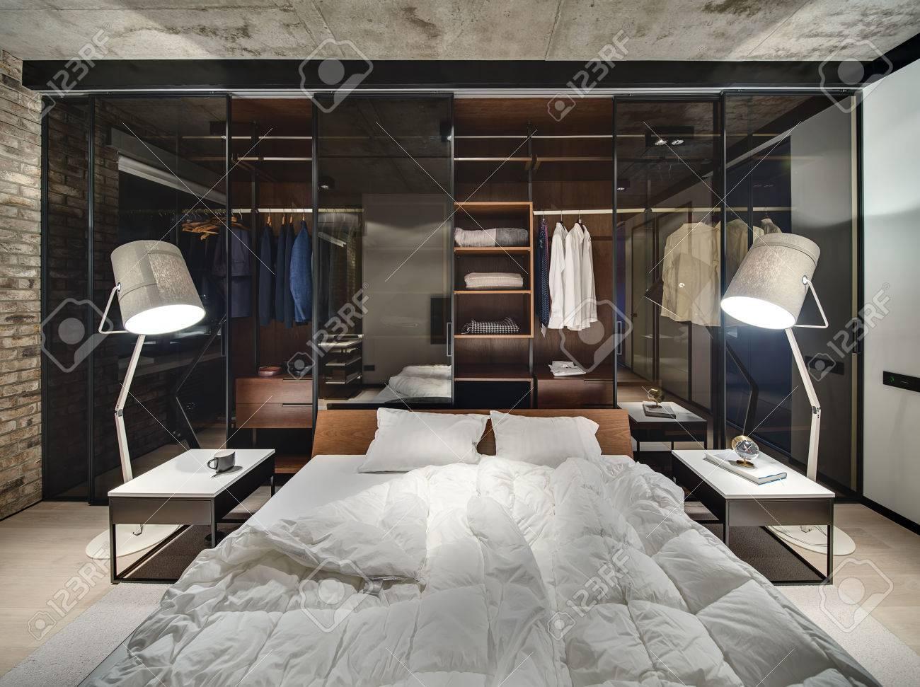 Loft-Stil Innenraum Mit Ziegelmauer Und Betondecke. Es Gibt Ein Bett ...