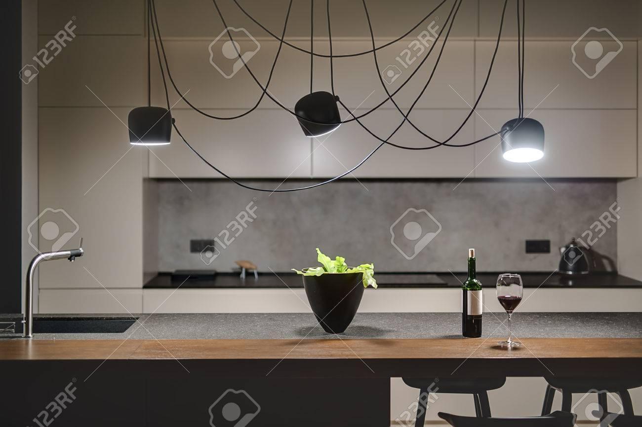 Loft-Stil Küche Mit Einer Betonwand. Es Gibt Eine Kücheninsel Mit ...