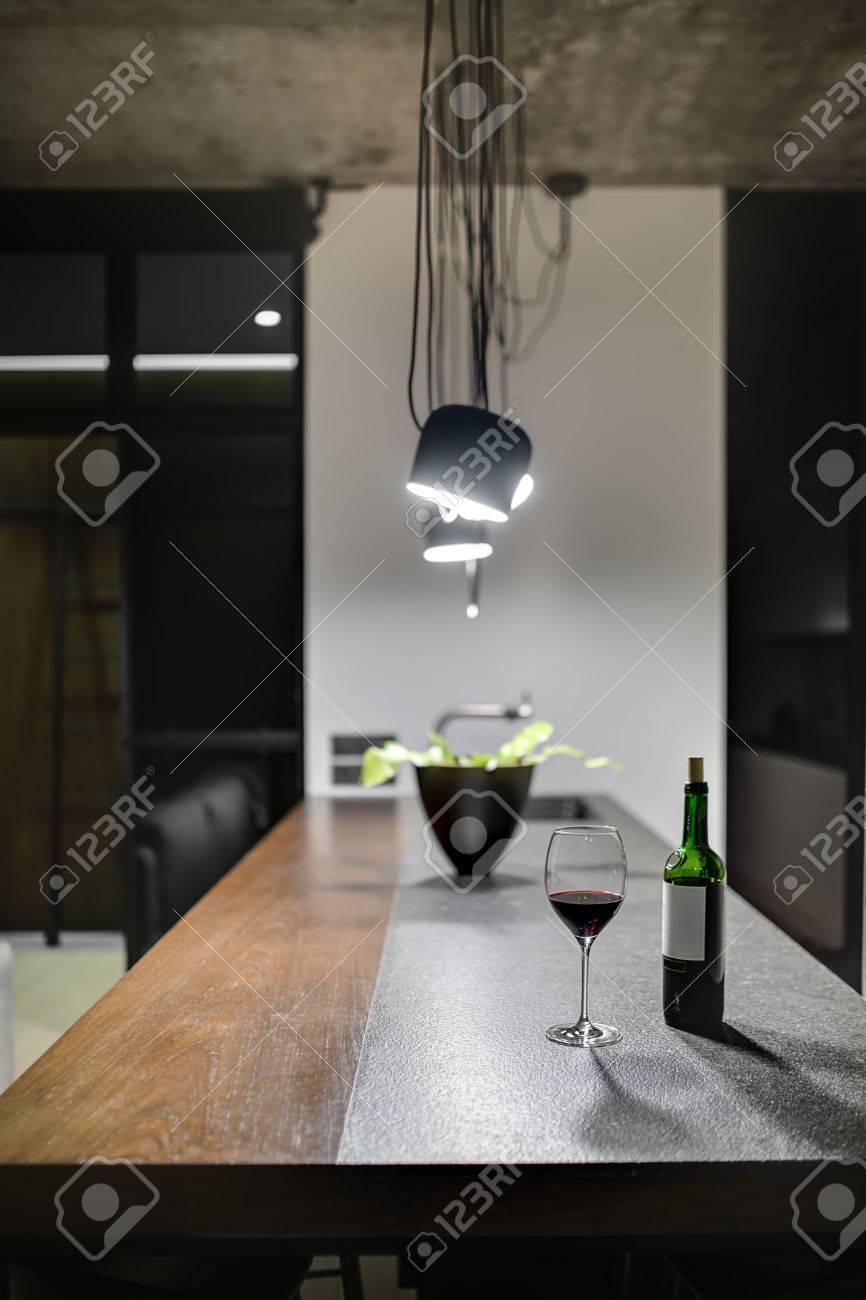 Tavolo Della Cucina.Ripiano Del Tavolo Della Cucina Interna Nello Stile Loft C E Una Bottiglia Con Un Bicchiere Una Pianta Nella Pentola Un Lavandino Con Un Rubinetto