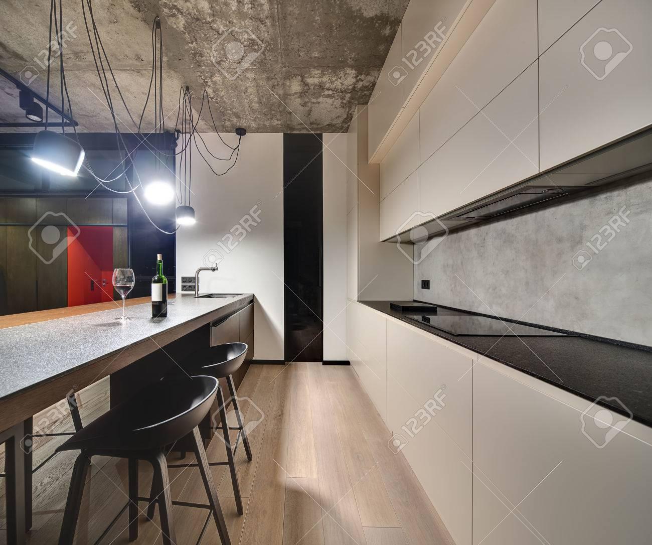 Zona Cucina In Stile Loft, Con Un Parquet Sul Pavimento. C\'è Una ...