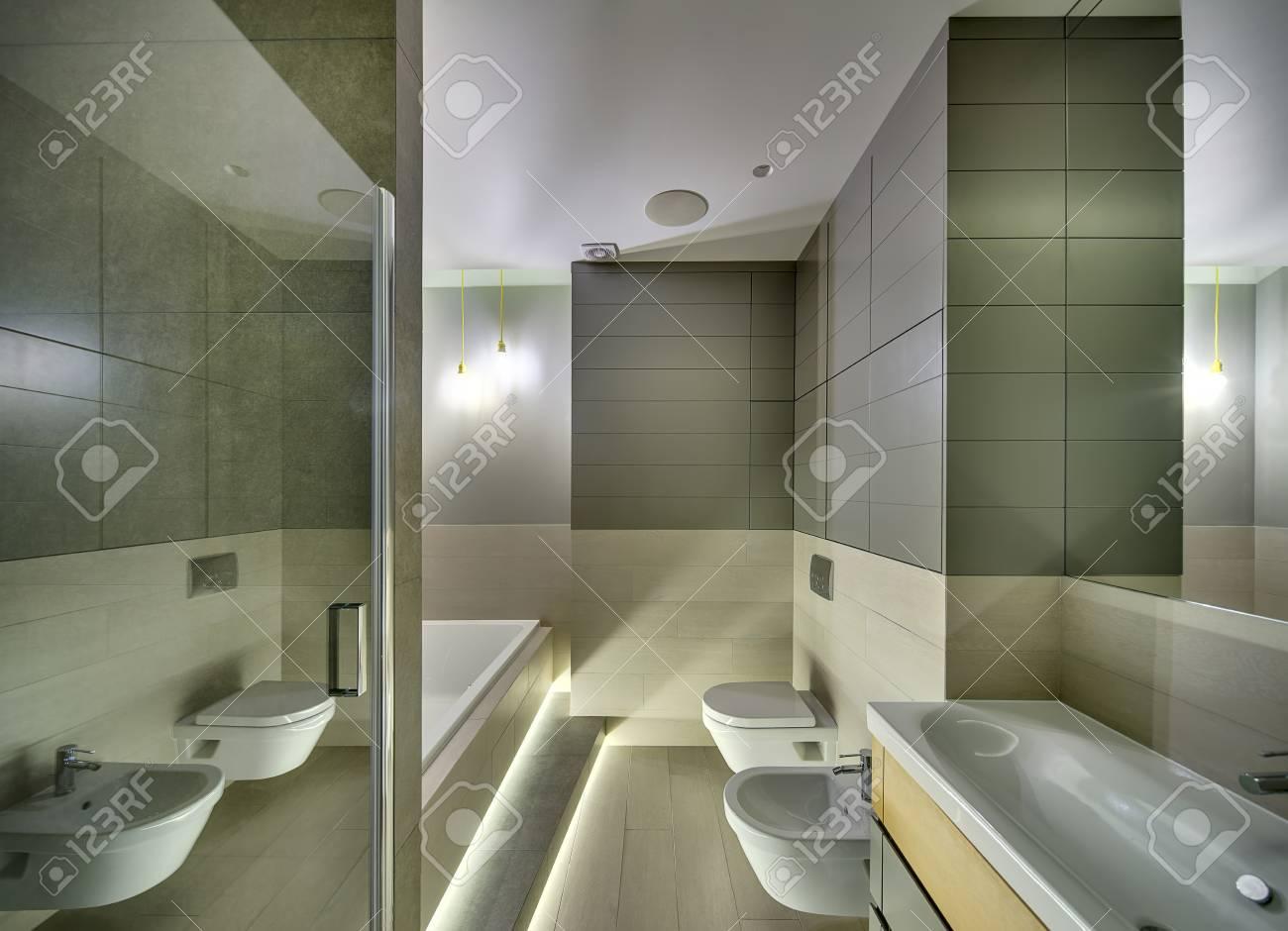 Bagno in stile moderno con piastrelle sulle pareti e sul pavimento