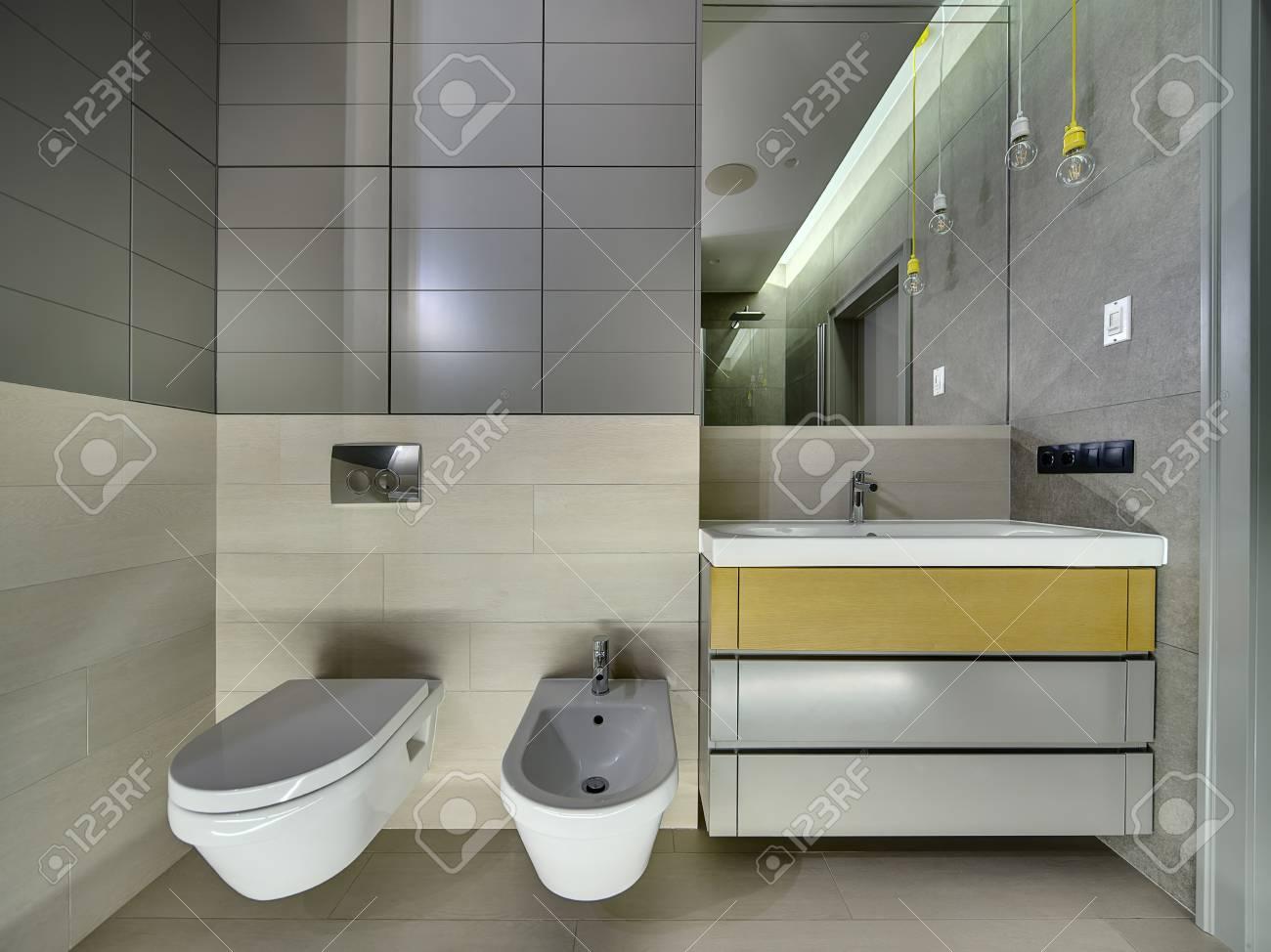 Bagno moderno con piastrelle sulle pareti e sul pavimento. cè un