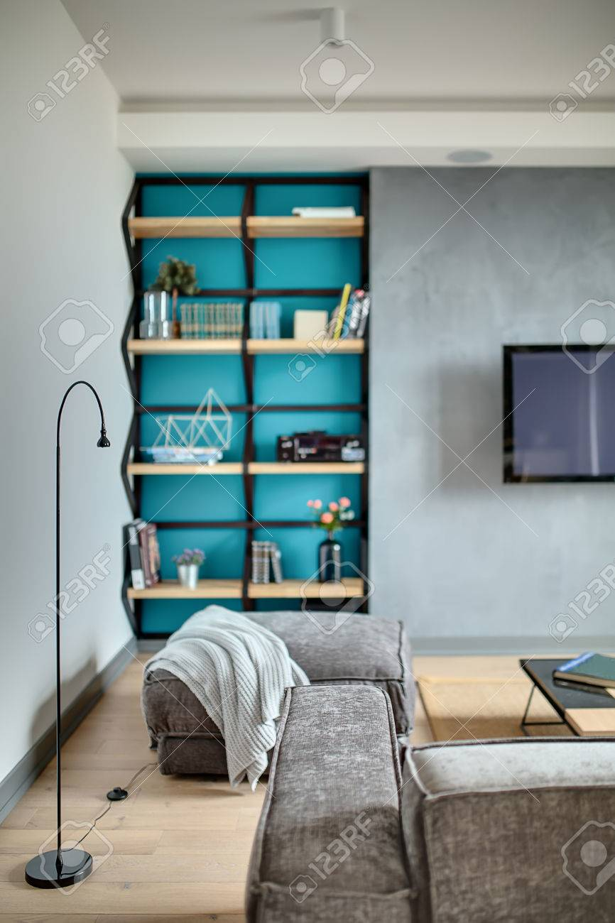 Innenraum In Einem Modernen Stil Mit Grauen Wänden Und Einem Blauen ...