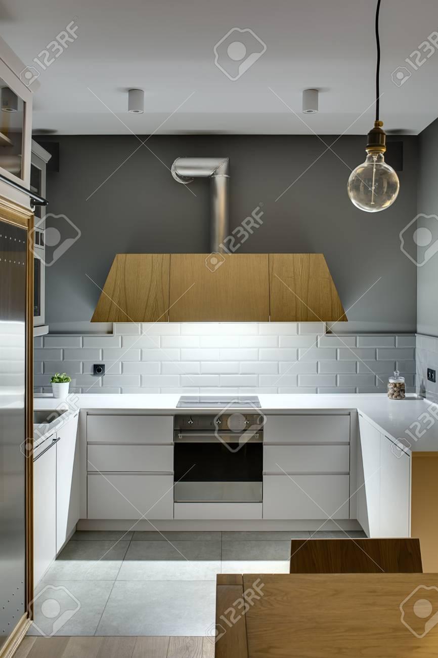 Immagini Stock - Cucina Di Design In Stile Moderno Con Pareti Grigie ...