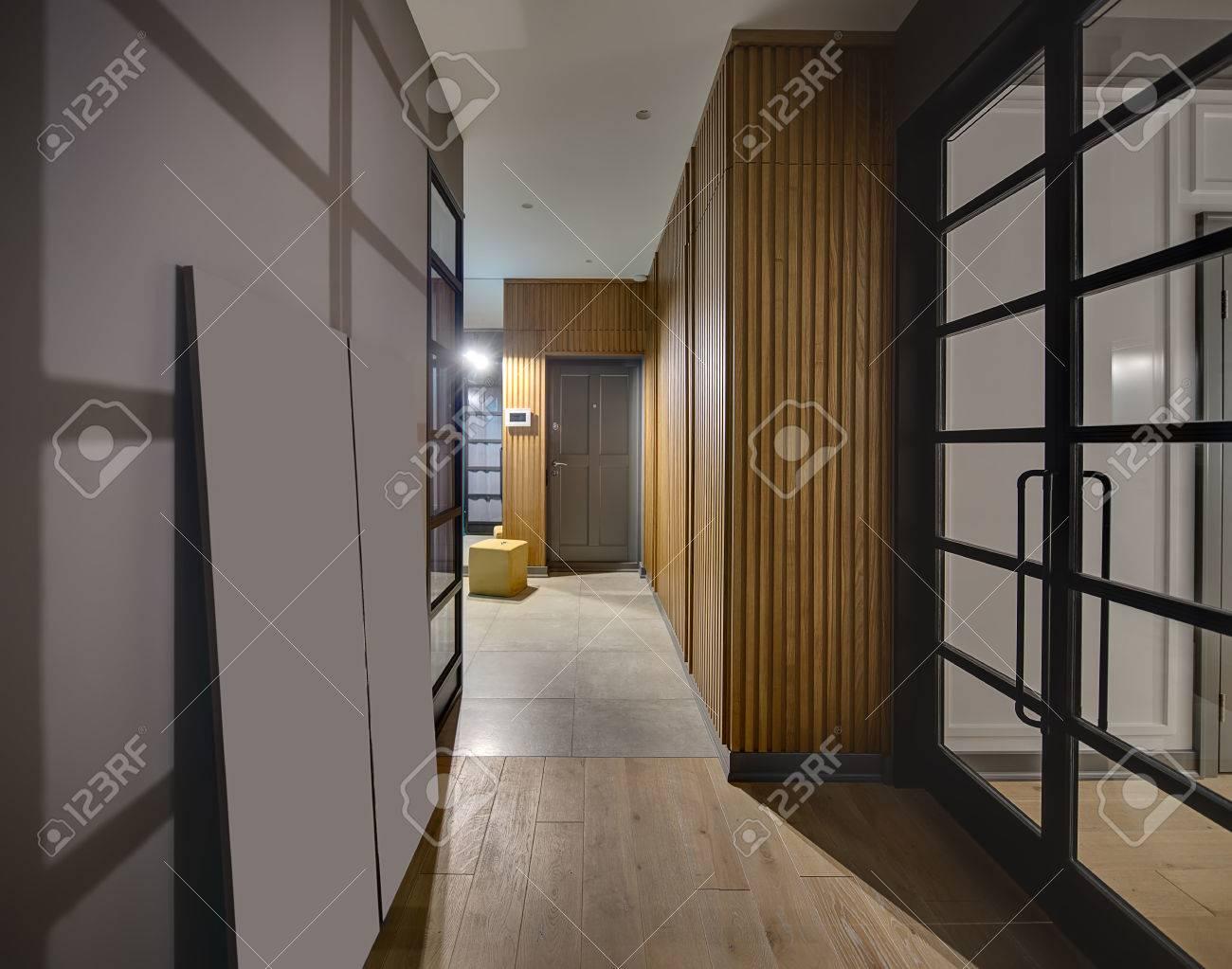 Flur In Einem Modernen Stil Mit Leuchtenden Lampen Und Grauen Wanden