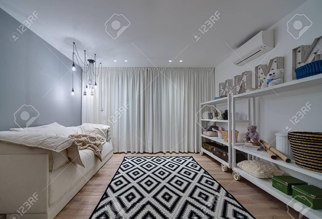 Helles Kinderzimmer Im Modernen Stil Mit Parkett Und Teppich Auf Dem