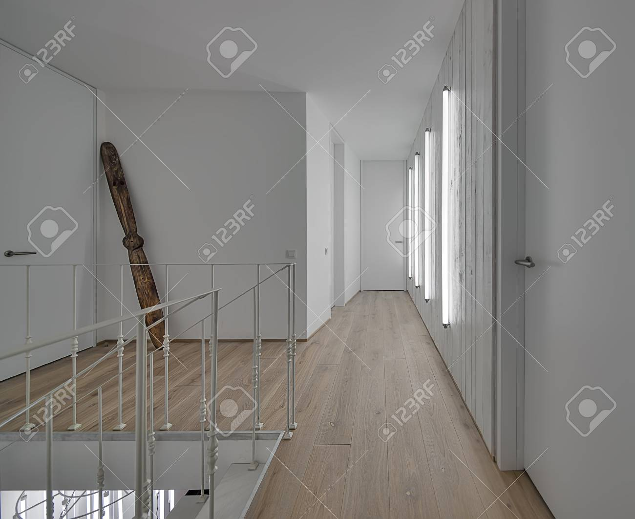 Couloir Moderne Avec Des Murs Blancs Et Un Parquet Au Sol. Il Y A ...