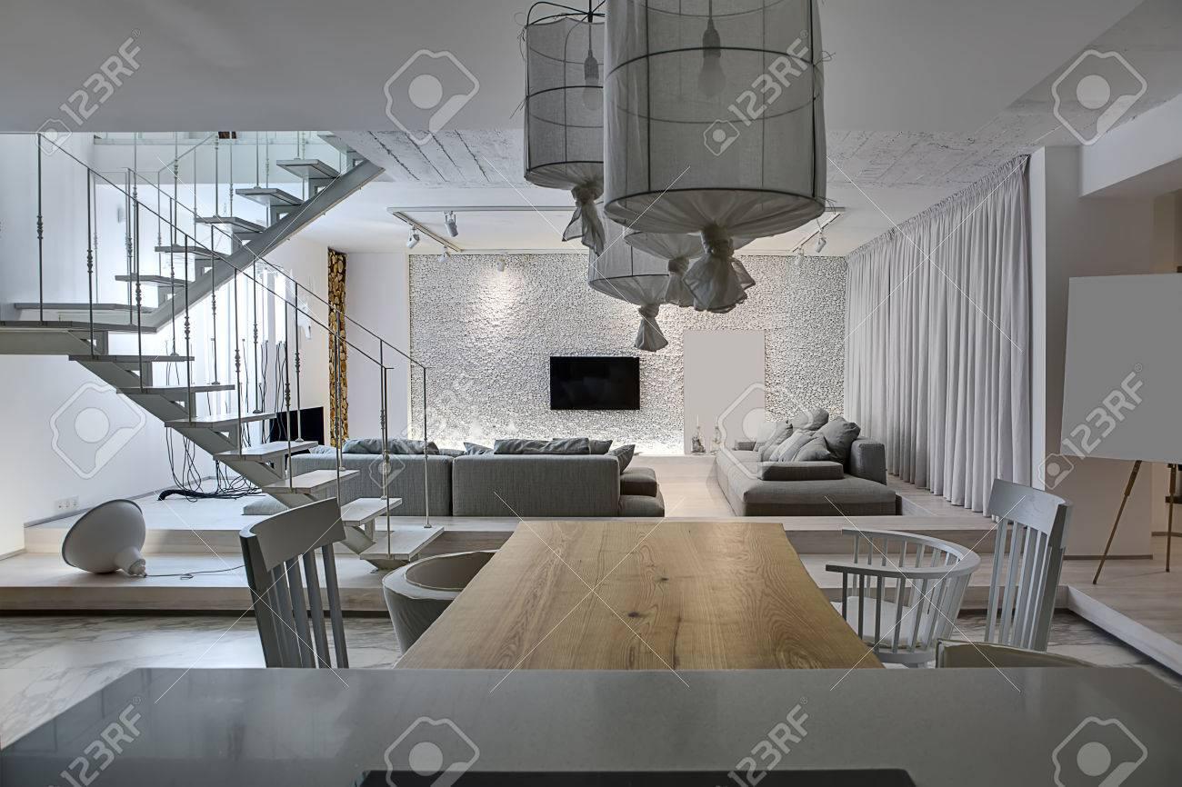 Pareti In Legno Bianco : Immagini stock interni moderni con pareti bianche c è una scala