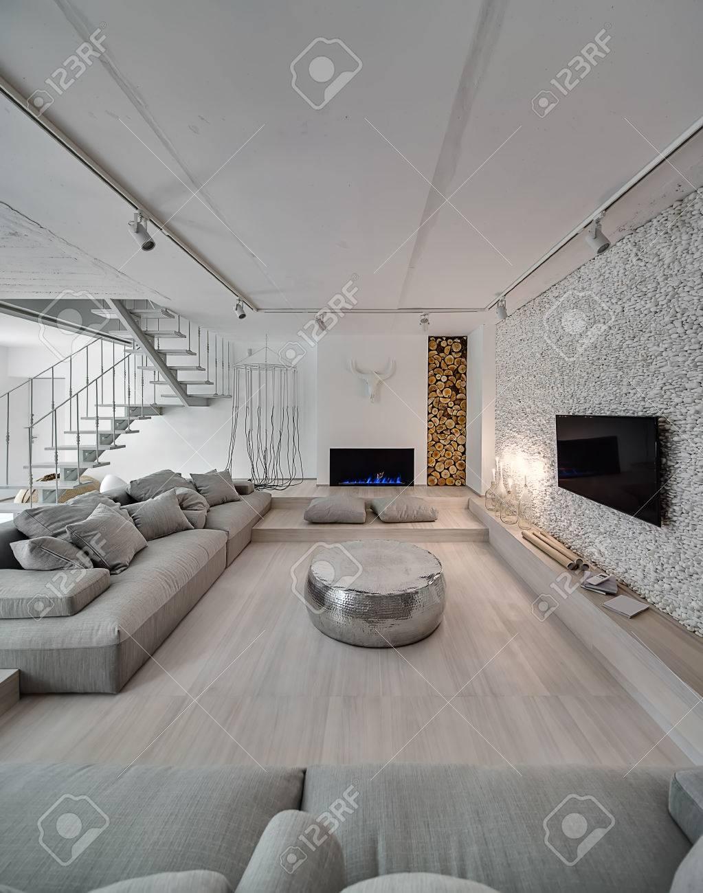 Zeitgenössisches Interieur Mit Weißen Wänden. Es Gibt Eine Weiße ...