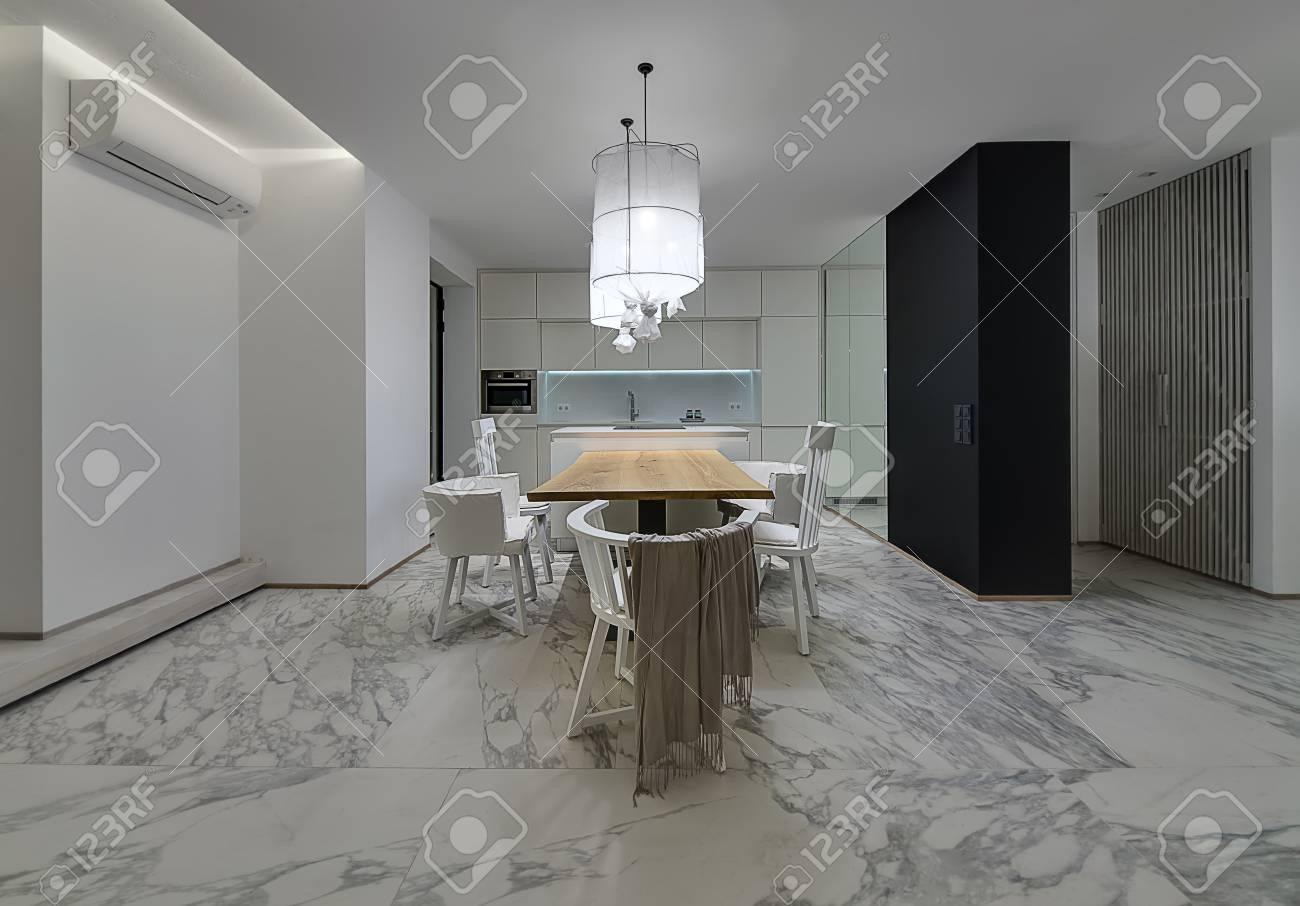 Cucina in stile moderno con pareti bianche e piastrelle grigie con