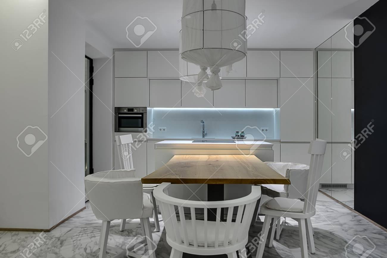 Cucina Moderna Con Le Pareti Bianche E Tegole Grigie Con I Modelli ...
