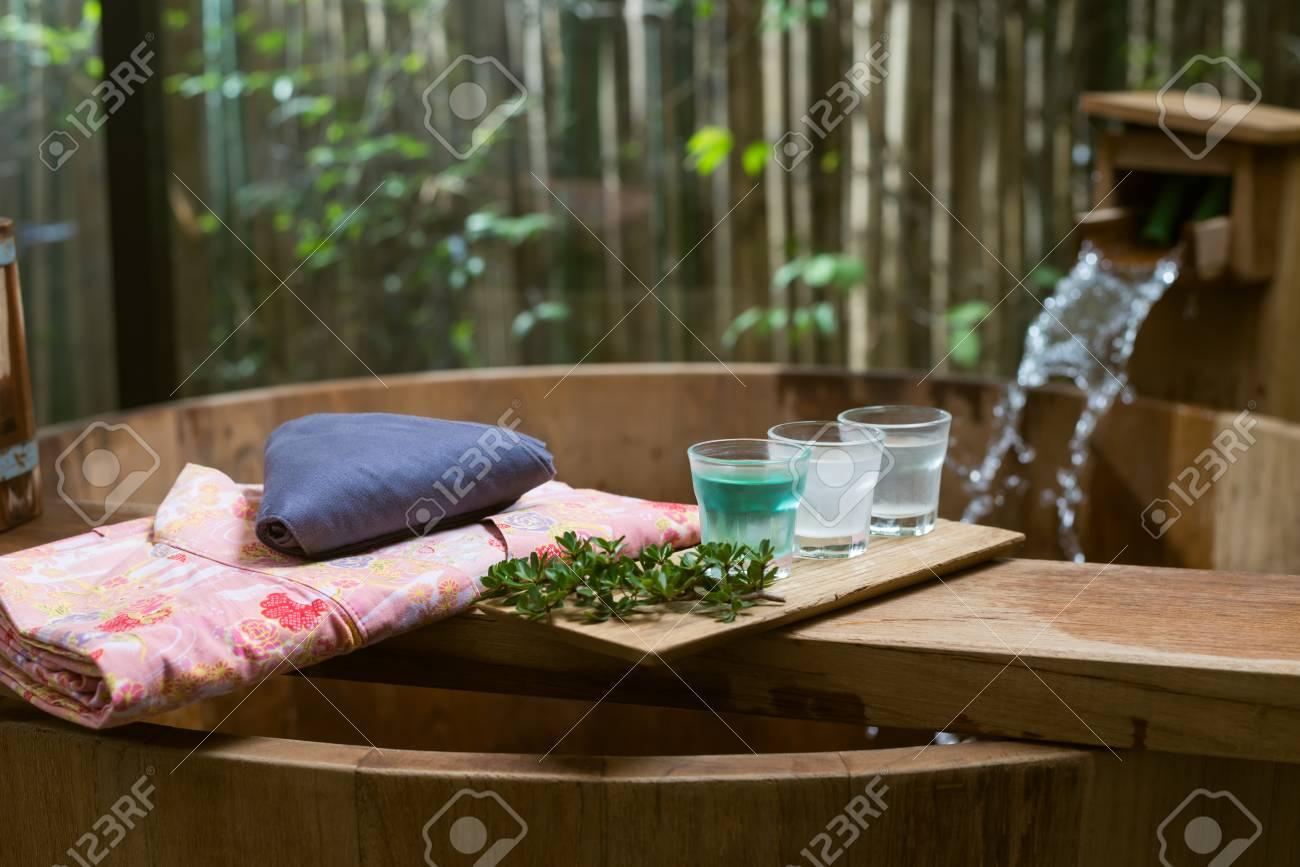 Vasca Da Bagno Rosa : Immagini stock serie onsen vasca da bagno in legno con yukata