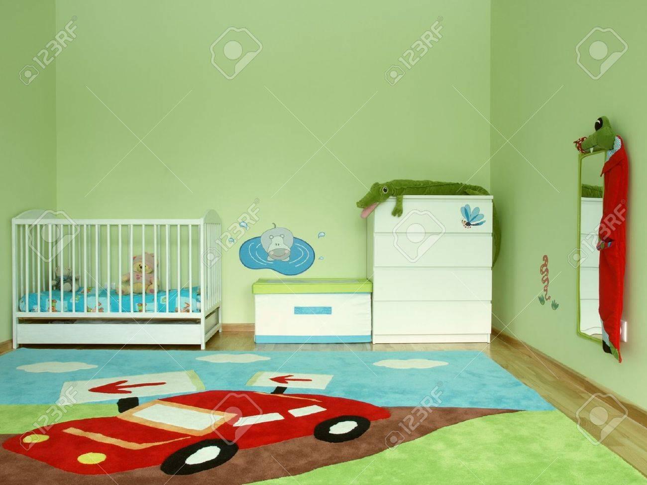 baby-schlafzimmer mit einem bunten teppich lizenzfreie fotos, Schlafzimmer entwurf