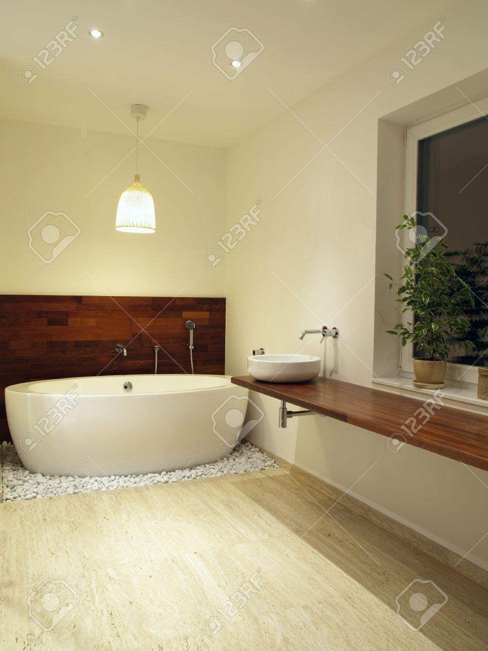 Salle de bains moderne avec des carreaux de travertin banque d ...