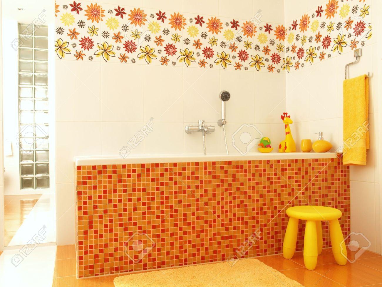 archivio fotografico bagno per i bambini con mosaico arancione