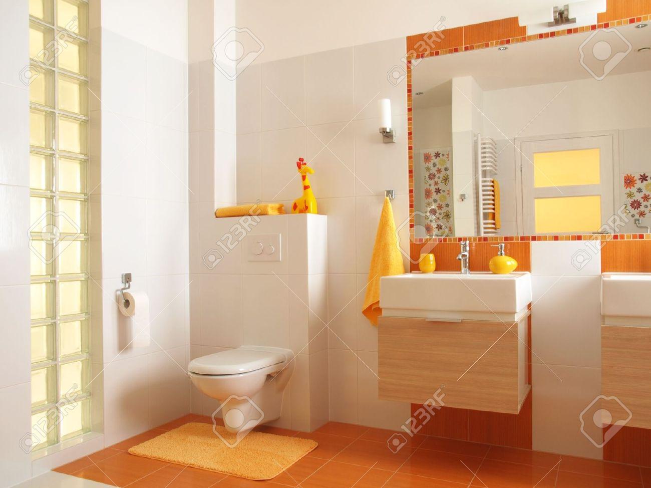 freundliches bad für kinder mit orangefarbenen fliesen und dekore, Hause ideen