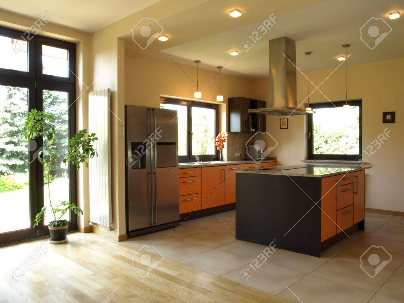 Interior Of Geräumiges, Modernes Haus: Gut Beleuchteten Küche ...