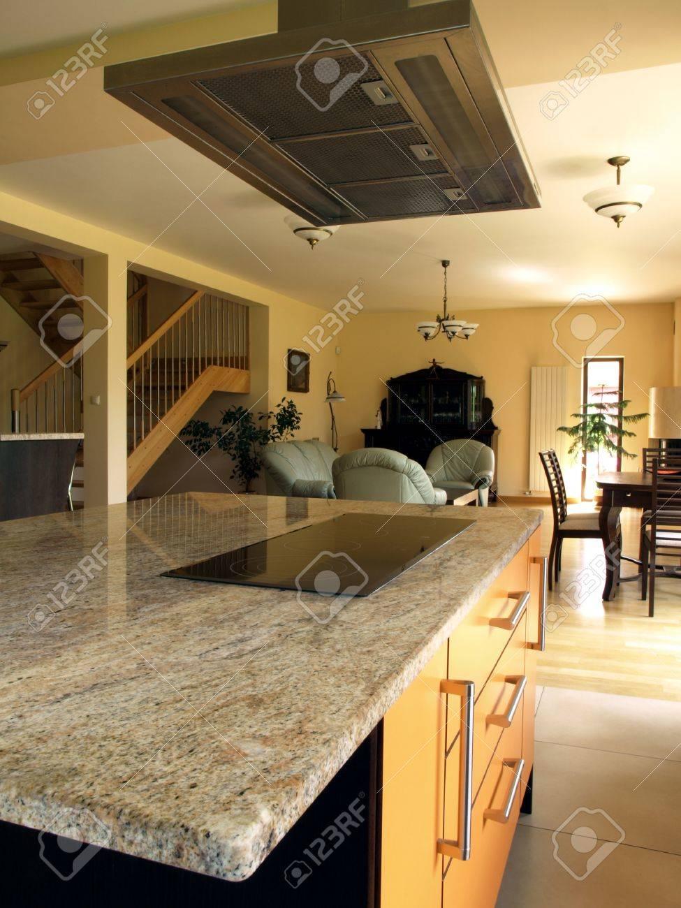 Intérieur d\'une maison moderne: salle de cuisine, salon et salle à manger