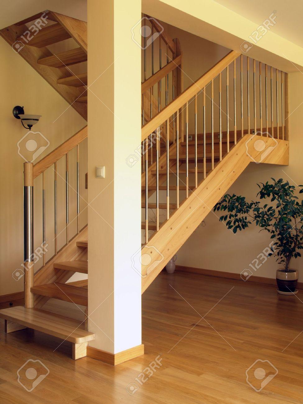 modernas escaleras de madera en la casa de lujo foto de archivo