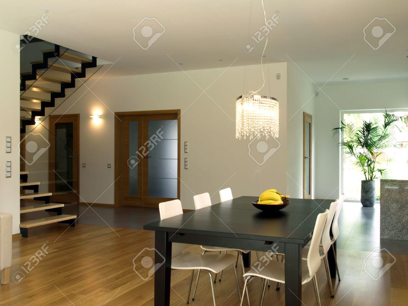 comedor escaleras y el pasillo de la casa moderna foto de archivo
