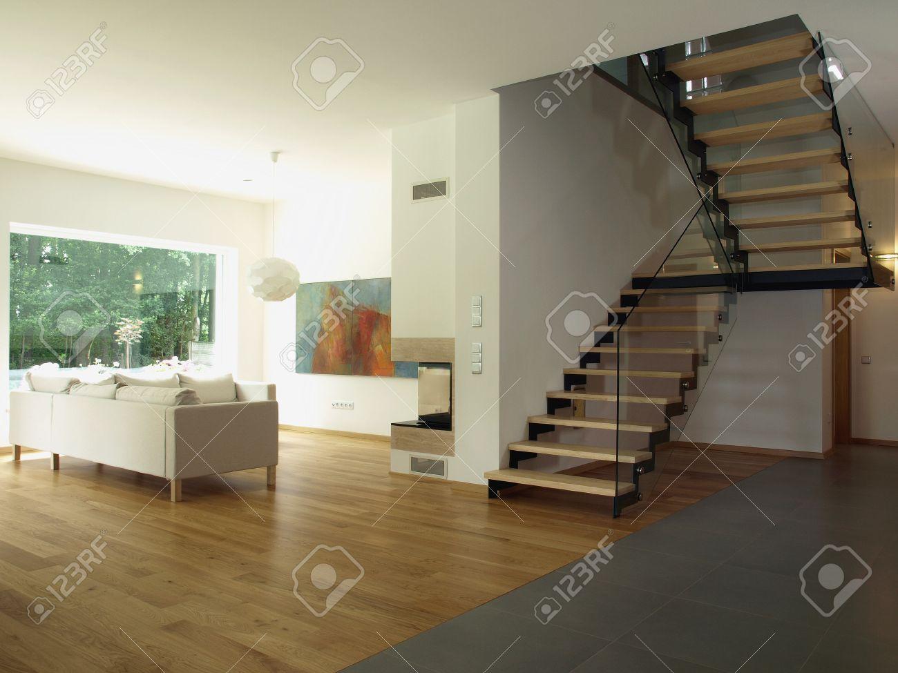 Maison Contemporaine: Escalier Et Une Salle De Séjour Banque D ...