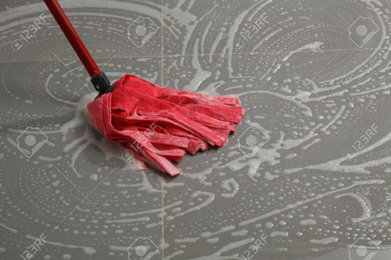 Reinigung Der Fliesen Mit Mopp, Hausarbeit In Der Küche Standard Bild    15165422