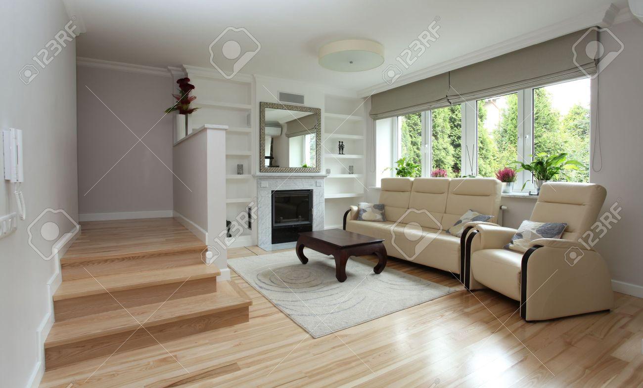 Moderne woonkamer met trap en open haard royalty vrije foto ...