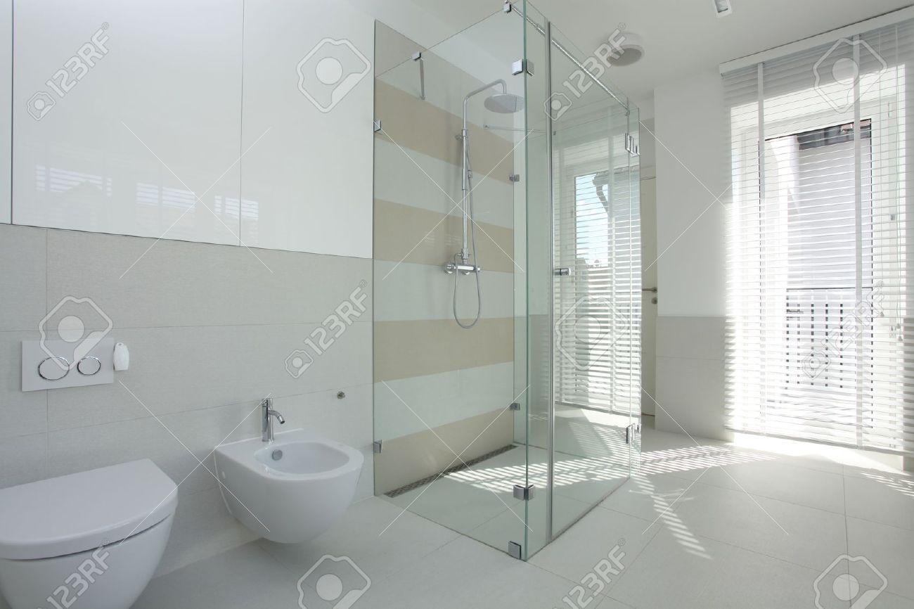 Interior Of Geräumige, Helle Und Moderne Badezimmer Lizenzfreie Bilder    15566601