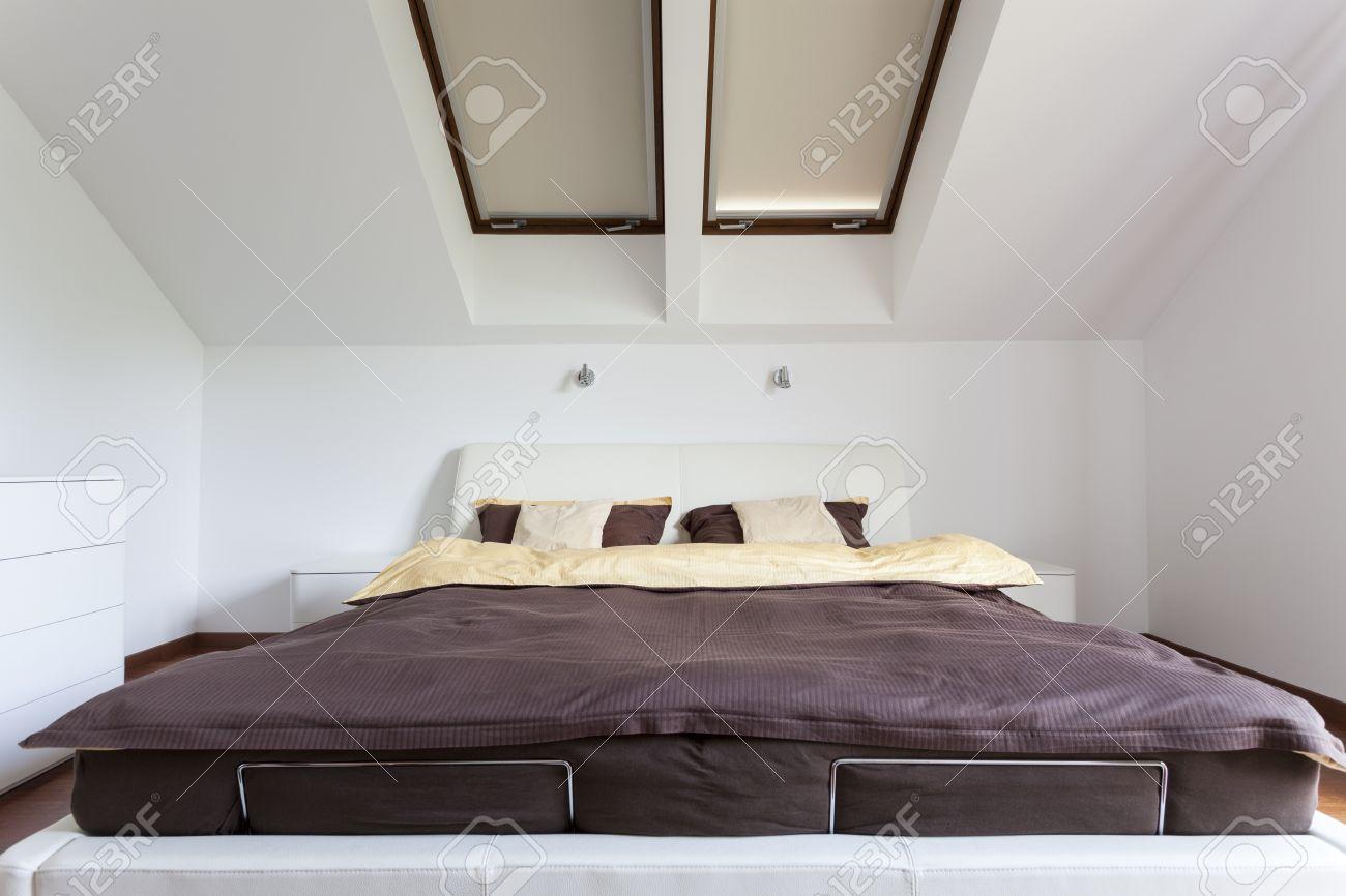 Elégant, moderne, chambre à coucher avec lit double banque d ...