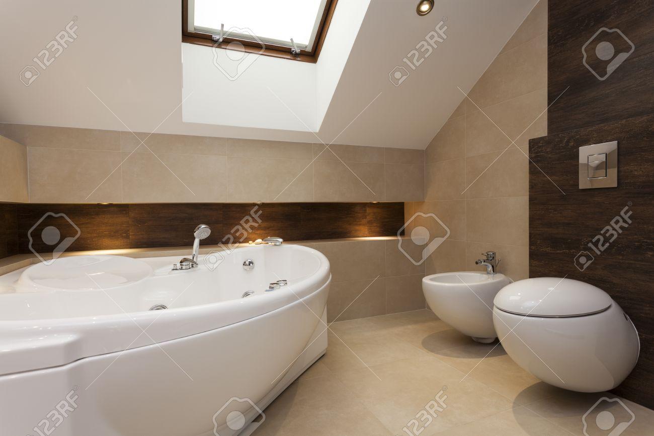 Bagno moderno con vasca da bagno, bidet e wc foto royalty free ...