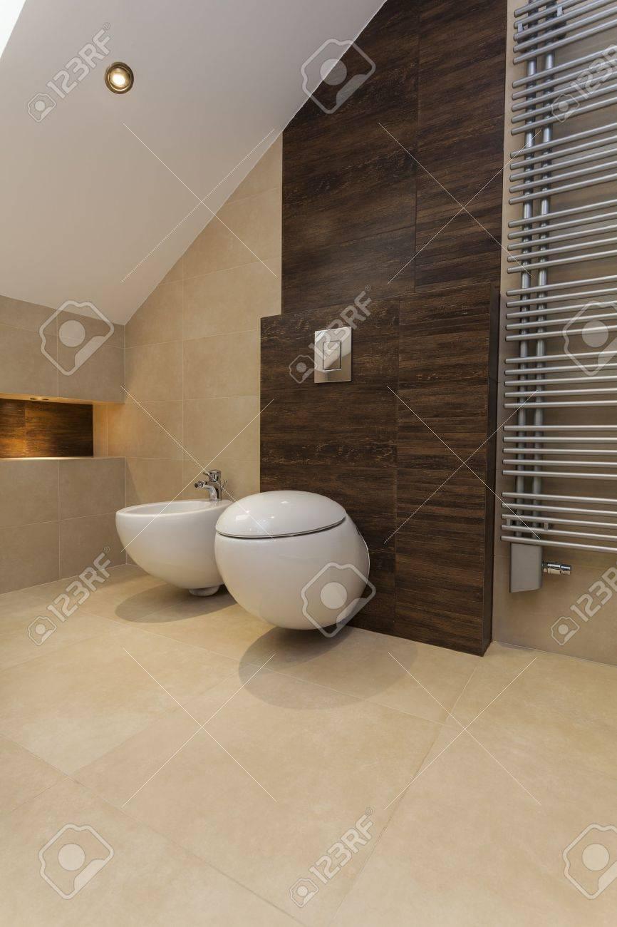 banque dimages wc et bidet dans la salle de bain beige et marron - Prise Pour Salle De Bain Couleur Marron
