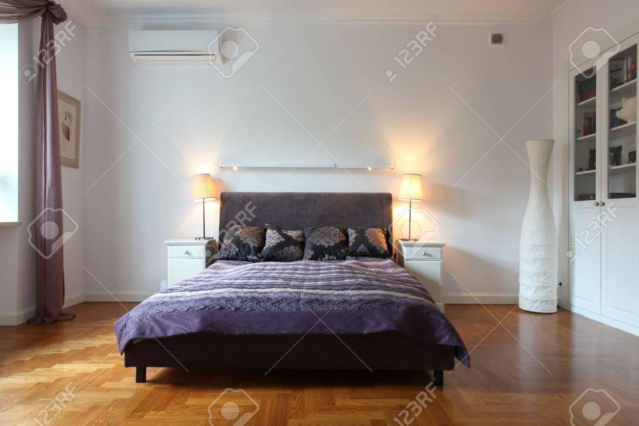 Stilvolle Weiße Schlafzimmer Mit Einem Lila Bett Lizenzfreie Fotos ...